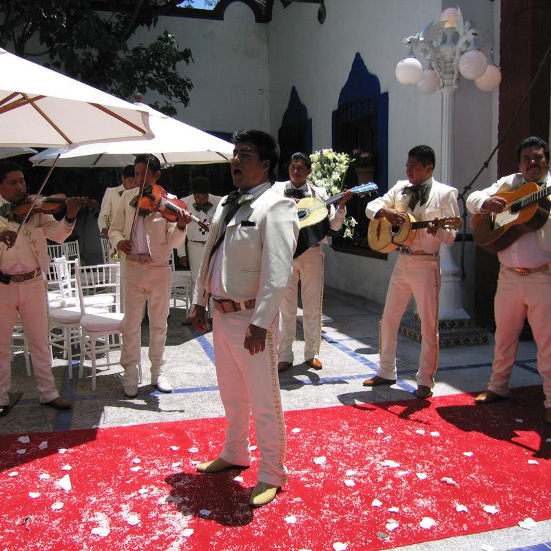 Tradicional mariachi al salir los novios de la Iglesia en la Hacienda Villejé.